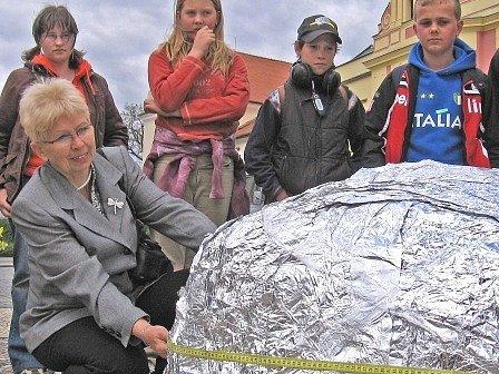 Chvíle napětí – a výsledky měření a vážení naznačují, že se školákům ze Pšovky hliníkový rekord podařil.