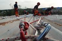 Středočeští hasiči pomáhají na Moravě s rozebíráním plechů ze střech a stěn objektů.