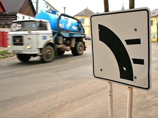 Historickým centrem města projíždějí často nákladní vozidla. Lidem vadí hluk a možné nebezpečí na úzkých silnicích druhé třídy.