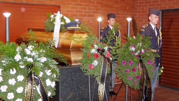 Čestná stráž u rakve s ostatky zesnulého.