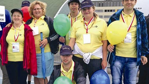 Plavci ze sportovního klubu Pojďte dál se svou trenérkou Libuší Procházkovou (druhá zleva).