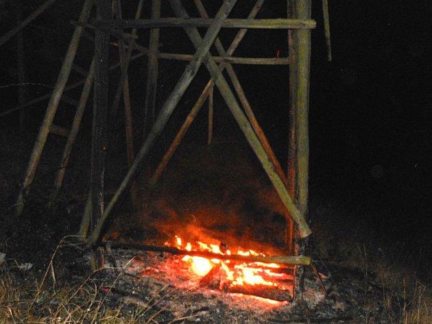 Založené ohně žhář zpovzdálí sledoval.