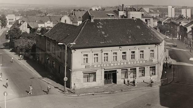 Hotel Modrá hvězda na náměstí Rudé armády (dnešní nám. Karla IV.) před demolicí