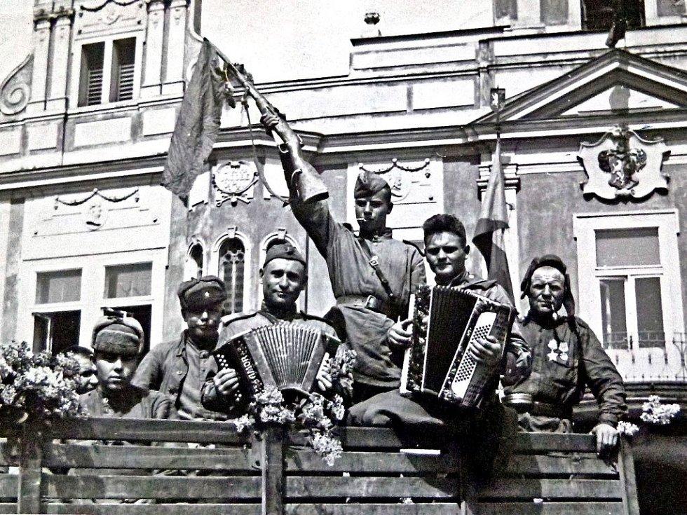 Sovětští vojáci před mělnickou radnicí. Jak si všiml tehdejší redaktor Mělnický listů, vojsko se chovalo vzorně a velmi družně se bavilo s obyvateli, kteří je hostili.