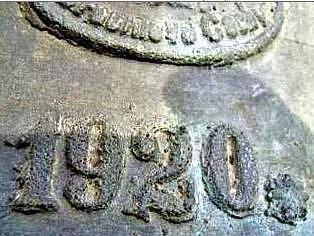 Na zvonu ukradeném z mělnického kostela svatého Vavřince je reliéf knížete svatého Václava s praporem a štítem s orlicí, naproti jsou v oválném rámečku tři řádky autorského podpisu zvonaře - Octav Winter, Zvonař, v Broumově Čechy. Nad oválem je číslo 710.