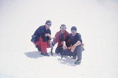 Trojice českých horolezců na vrcholu kolumbijské hory s názvem Cukrový chleba: zleva Richard Müller, Ladislav Nejedlý a Mladoboleslavák Petr Mašek.