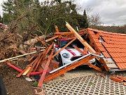 Březová - Oleško. Padlý strom na přístřešek a osobní automobil. Zasahovaly jednotky HZS Jílové a SDH Zvole