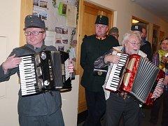 Při odhalení malé sošky Josefa Švejka s knedlíkem v ruce v kralupské restauraci U Kohouta hrála muzika.