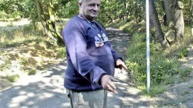 Jaroslav Zvířecí bydlí v hájovně u cyklostezky mezi Patřínem a Jizbicemi. Denně se ho turisté ptají na cestu dál. Pokud ovšem neleží v krvi u štěrkové cesty, která pod kopcem bez varování přechází z asfaltové trasy. Nedávno tu byl vrtulník záchranky.