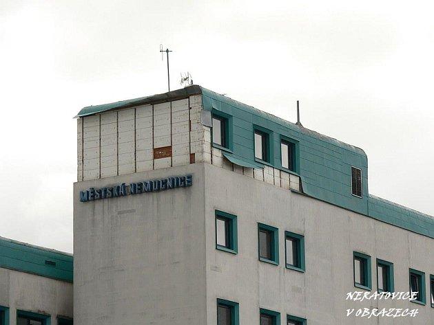 Neratovická nemocnice přišla vlivem silného větru o část plechové střechy.