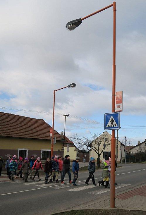 V Chlumíně ve středu 12. února děti z místní ZŠ přešly symbolicky po přechodu z jedné strany na druhou a zase zpět. V roce 2016 přitom obec stejnou slavnost zažila i v případě prvního nasvíceného přechodu přímo v centru.