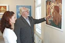 Malíř Otakar Čemus vysvětluje jedné z návštěvnic jeho dřívější výstavy v Kralupech pojetí obrazu a techniku olejomalby.