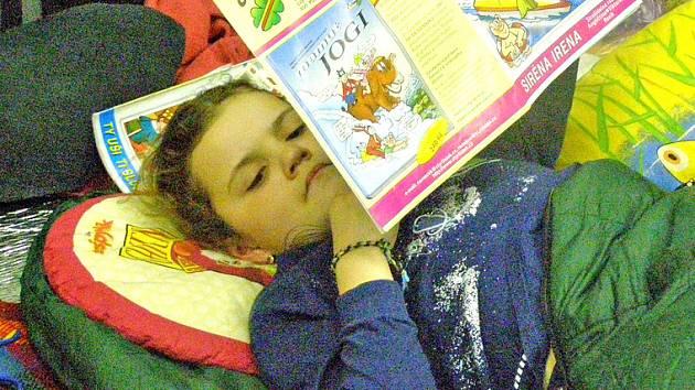 Děti nocovaly přímo mezi knihami