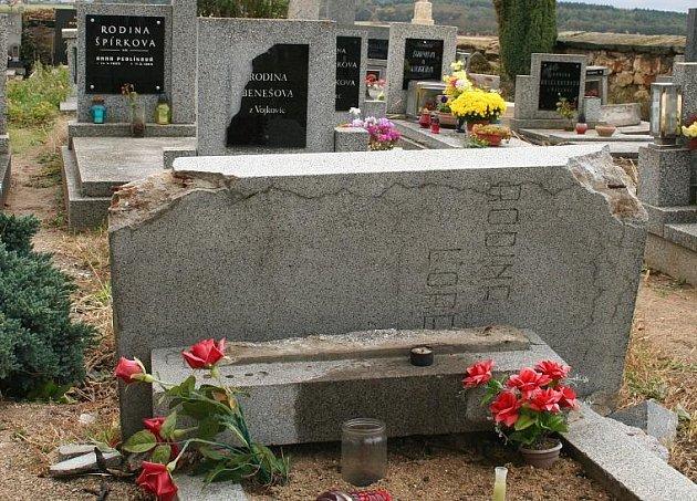 Následky řádění vandalů na hostínském hřbitově.
