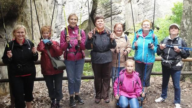 Sedm statečných hůlkařů vyrazilo k Drábským světničkám.