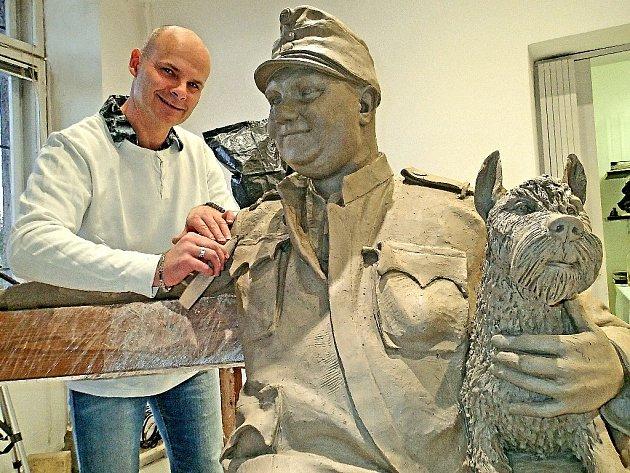 Na soše Švejka pracuje sochař z Nové Paky Antonín Králiček.