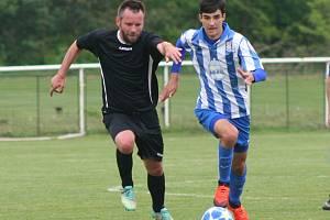 Fotbalisté FC Mělník (v černém) porazili v duelu prvního s druhým béčko Dobrovice 3:0 a vládnou skupině s desetibodovým náskokem.