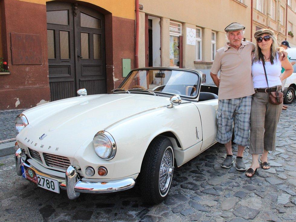 Manželé Čechovi z Mělníka přijeli vozem Triumph Spitfire.