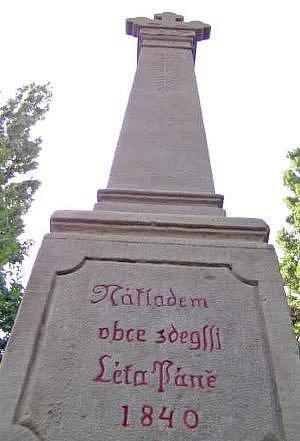 """NA PATĚ sloupu je i obnovený nápis """"Nákladem obce zdejší Léta Páně 1840""""."""