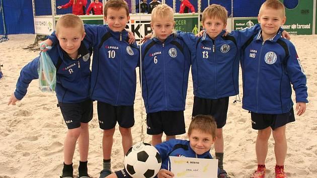 PLÁŽOVÝ FOTBAL si během víkendových turnajů v Praze vyzkoušeli také fotbalisté mladší přípravky Sokola Libiš.