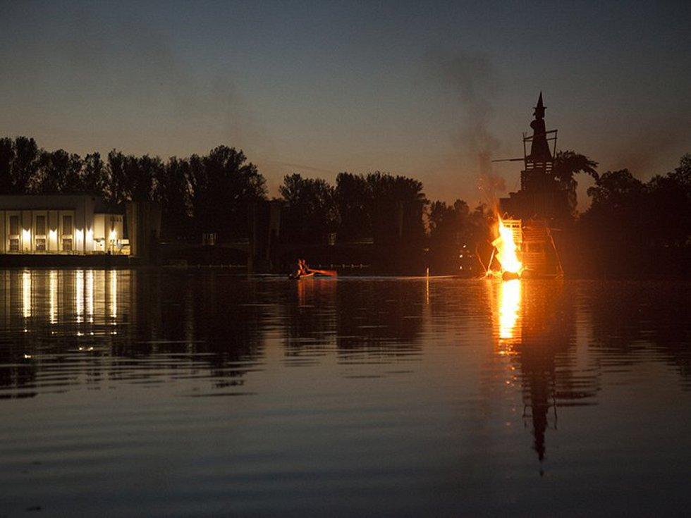 Unikátní Lobkovické pálení čarodějnic na vodě.