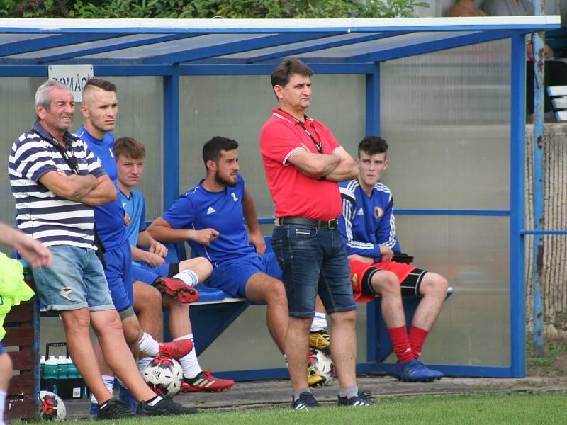 Radim Dvorný (druhý zleva) ještě čekal v sobotním utkání se Slovanem Poděbrady na šanci na lavičce, dočkal se ve druhém poločase. Chuť si pak o den později spravil čtyřmi góly za béčko.