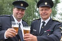 Všem příznivcům, kteří místní hasiče podpořili, připili starosta tuhaňského  sboru František Dvořák a člen výboru Aleš Vondráček.
