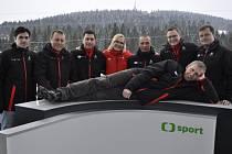 SPORŤÁK Jiří Rejman (ležící) s týmem redaktorů a expertů na biatlonovém mistrovství světa 2013 v Novém Městě na Moravě, které měl z pozice autora projektu v TV na starosti.
