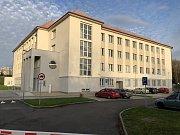 Kralupská nemocnice zakoupila 132 moderních elektricky ovládaných polohovatelných lůžek. Již dříve byly opraveny i pokoje pacientů, včetně výměny dveří. Obměňuje se i přístrojové vybavení.