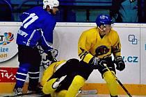 Kralupští hokejisté na snímku v lokálním derby s Neratovickými Buldoky, kde uspěli už v polovině prosince. Zvítězili totiž v poměru 7:3.