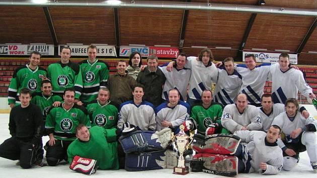 Z finále regionální hokejové ligy HC Neratovice (v bílém) - AB Neratovice (5:2 a 9:4).