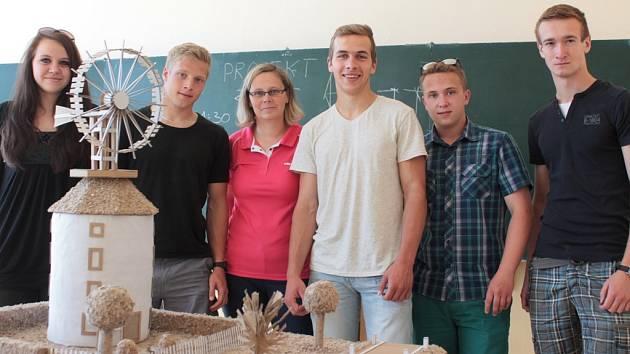 Studenti třetího ročníku postavili model větrného mlýna.