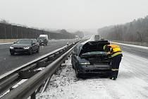 Ke dvěma dopravním nehodám pár metrů od sebe došlo na dálnici ve směru do Brna.