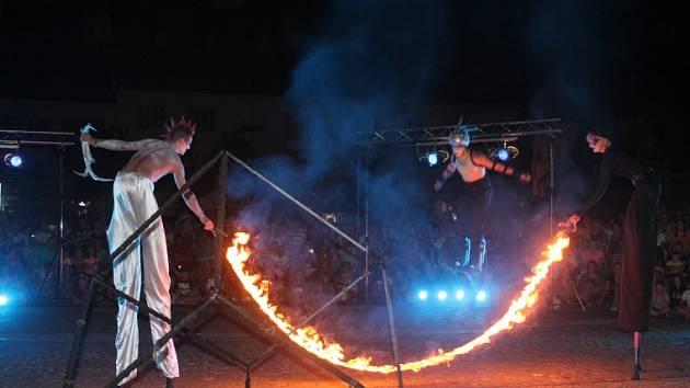 Návštěvníci mělnického náměstí Míru byli ve středu 28. srpna svědky fascinujícího představení s názvem Alenka.