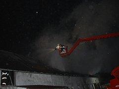 Noční požár střechy stodoly zaměstnal hasiče na více než čtyřiadvacet hodin.