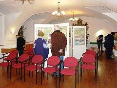 Výstava nabízí návštěvníkům více než stovku historických pohlednic ilustrujících podobu Mělnicka v době Dykova života, dobové dokumenty, výběr z publikovaných děl V. Dyka a předměty z jeho pozůstalosti včetně několika rukopisů.