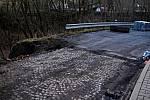 Práce na opravě krajské silnice vedoucí směrem k hlavnímu kralupskému hřbitovu v těchto dnech znovu pokračují.