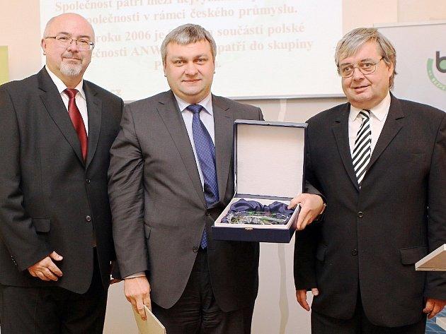 Generální ředitel Spolany Karel Pavlíček (uprostřed) převzal ocenění z rukou náměstka ministryně práce a sociálních věcí Jana Marka (vlevo) a generálního inspektora Státního úřadu inspekce práce Rudolfa Hahna (vpravo).