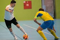 Futsalisté Olympiku Mělník (v bílých dresech) podlehli v domácí hale Interobalu Plzeň vysoko 0:6, ve čtvrtfinálové sérii hrané na tři vítězná utkání tak prohrávají 0:2.