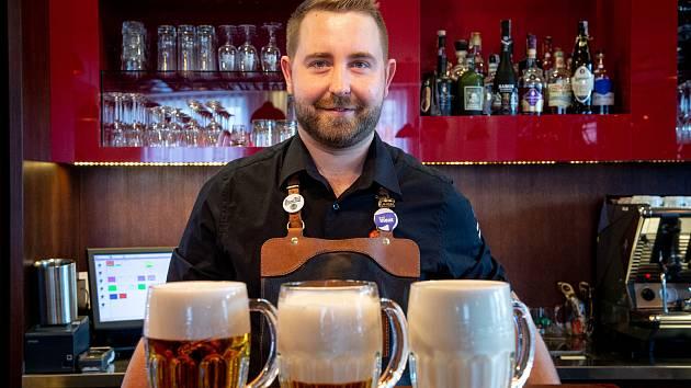 Hladinka, šnyt nebo mlíko? Kvůli zavřeným hospodám teď Čechům chybí správně načepované pivo do skla.