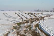 Rozoraná pole od čtyřkolek