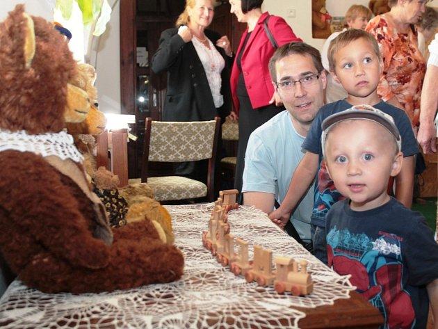 Vernisáž výstavy Mělnické medvídkování aneb Život medvídků v muzeu.