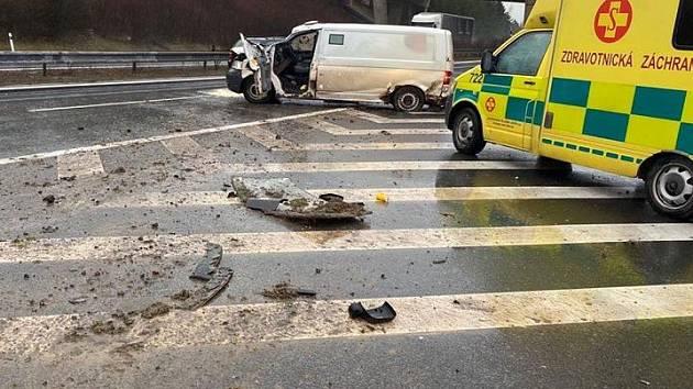Dopravní nehoda dodávky na sjezdu na D8 11. března 2020.