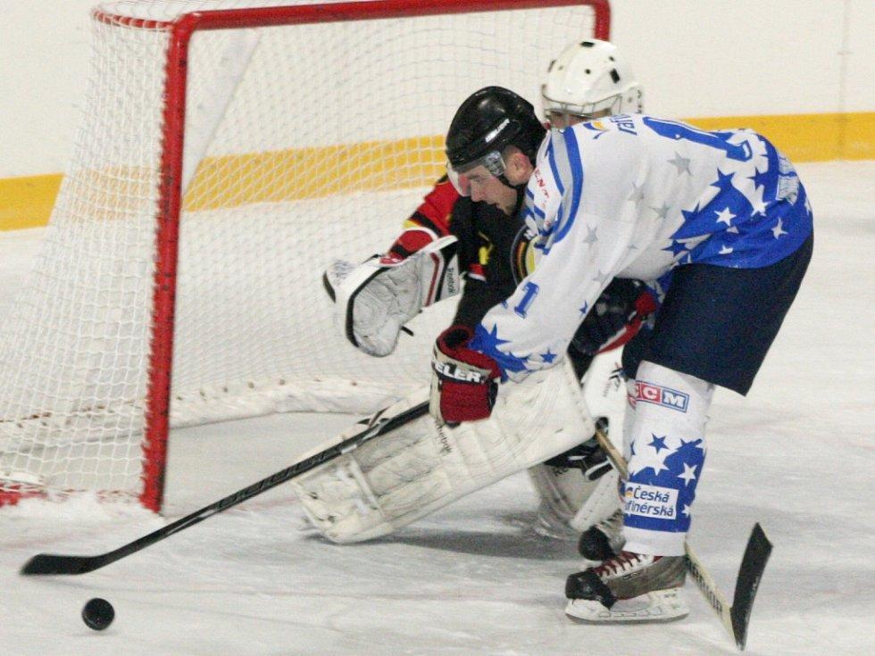 HK Kralupy (ve světlém) - HC Junior Mělník (3:4 SN); 7. kolo krajské ligy; 25. října 2014
