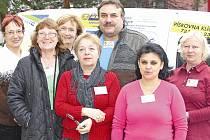 Tým neratovických pečovatelek s řidičem a vedoucí odboru sociálních věcí a školství Marcelou Brodilovou (třetí zleva).