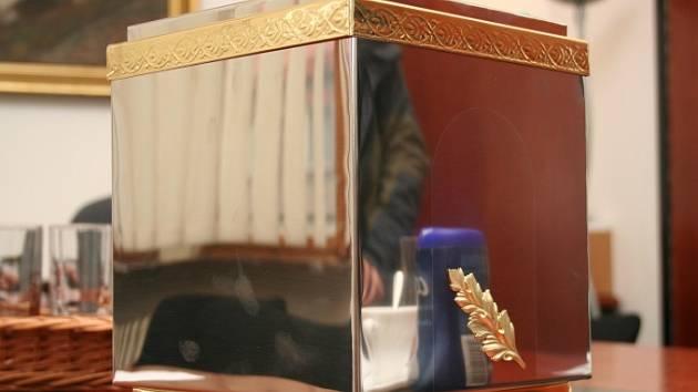 KUS BOJIŠTĚ V URNĚ.  Prsť z bojiště u Sokolova uloží zástupci radnice do památníku v okrasné urně.