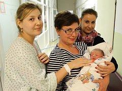 Malý Ondřej Silovský  se svojí maminkou Janou Hovorkovou, babičkou Ilonou Scherzlovou a tetou Magdou Hovorkovou (zleva) tráví první dny svého života ve slánské porodnici.