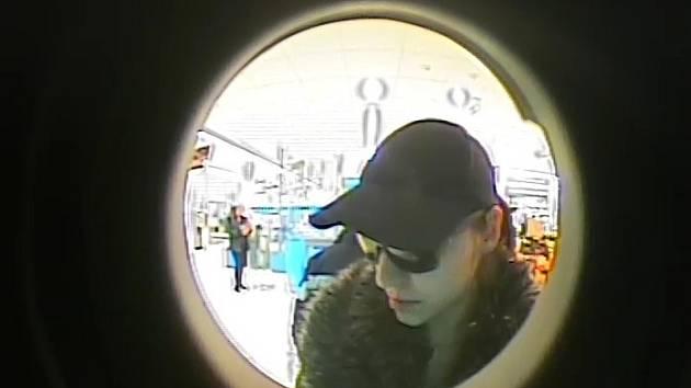 Policisté zveřejnili záběry pořízené kamerou bankomatu – a prosí všímavé občany o pomoc při hledání ženy, jejíž informace by mohly významně pomoci k objasnění případu.