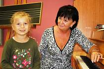 Rozálie Anna Bláhová se přišla zapsat do hudebního oboru, chce se učit hrát na klavír. Doma má klávesy, takže cvičení  pro ni nebude žádný problém. Při registraci si ji vyzkoušela zástupkyně ředitele neratovické základní umělecké školy Květoslava Petrákov