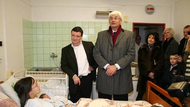 Hejtman David Rath navštívil první miminko Středočeského kraje